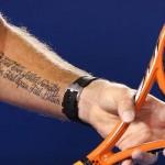 De tattoo op de linkerarm van Wawrinka is een tekst van Samuel Beckett