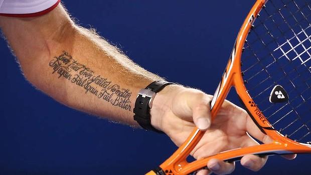 De Tattoo Op De Linkerarm Van Wawrinka Is Een Tekst Van