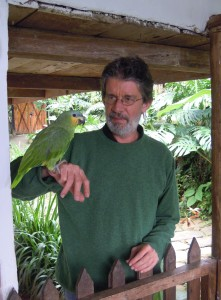 Tomás González en zijn papegaai © Jos den Bekker